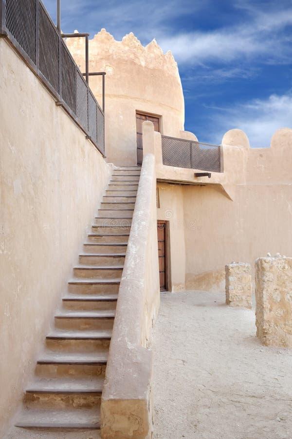 Uma escada à torre oriental do forte de Riffa, Barém fotos de stock royalty free