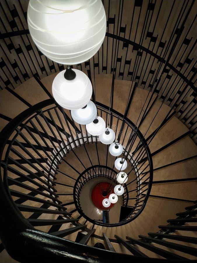Uma escada em espiral única com luzes lindas imagem de stock royalty free