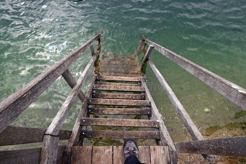 Uma escadaria à água fotos de stock