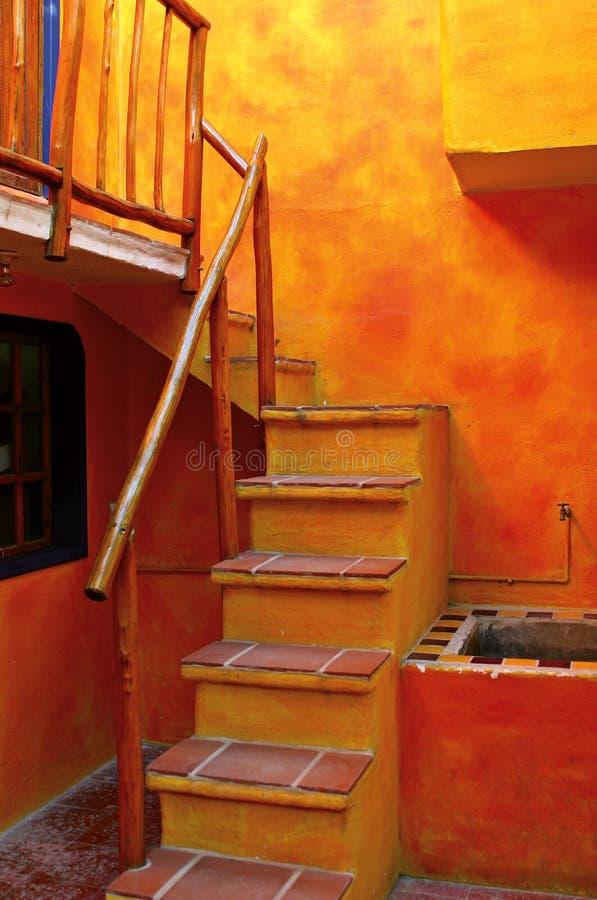 Uma escadaria alaranjada fotografia de stock