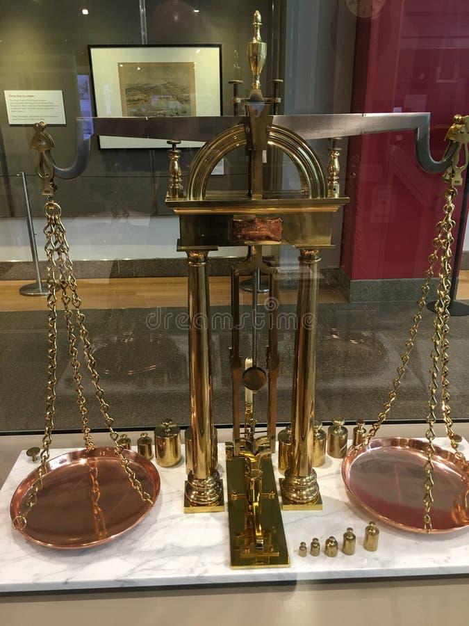 Uma escala de bronze do equilíbrio, por Howard e por Davis de Boston imagens de stock royalty free