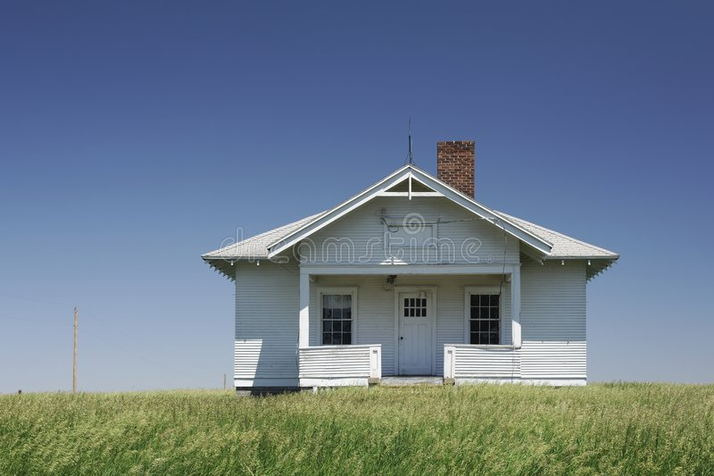 Uma escola velha do quarto no campo fotografia de stock royalty free