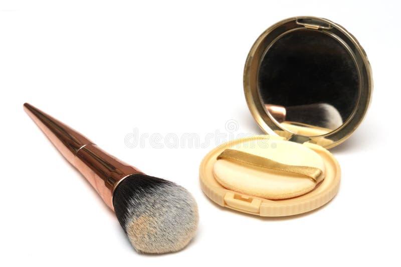 Uma escova cosmética da cara das mulheres e um grupo fraco do jogo do pó da cara fotografia de stock