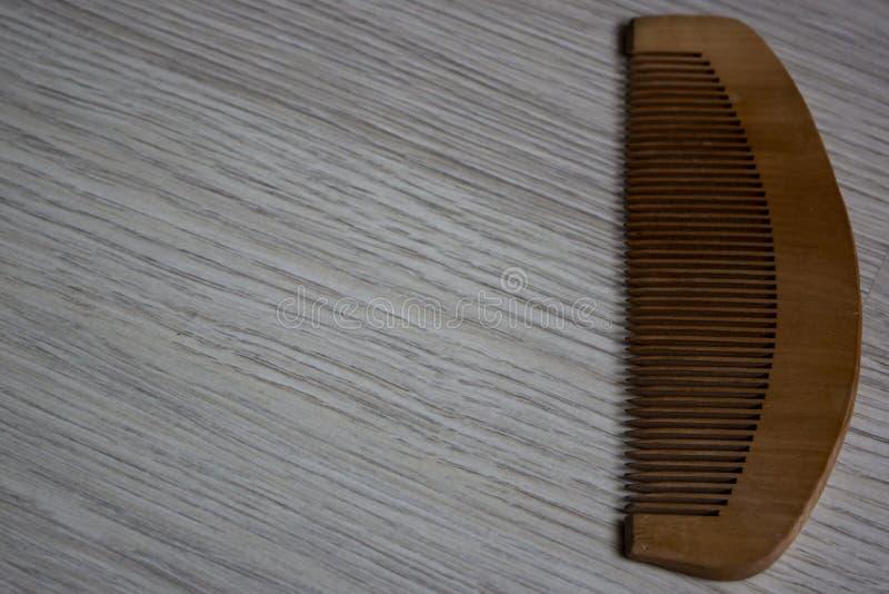 Uma escova de cabelo de madeira orgânica fotografia de stock royalty free