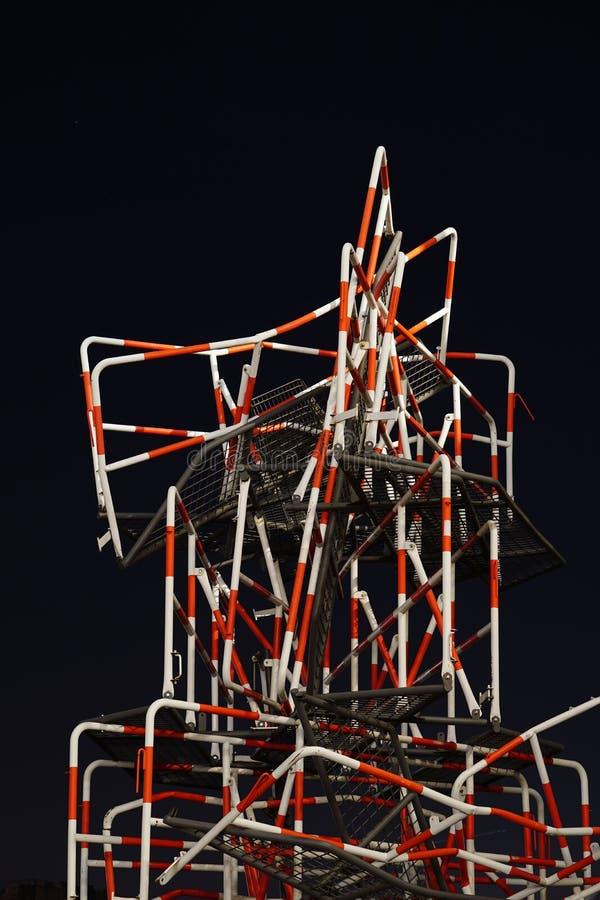 Uma escultura da rua feita fora das barreiras imagem de stock royalty free