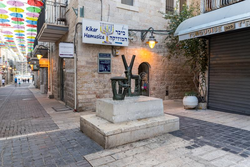 Uma escultura de cobre abstrata instalada no quadrado musical - Kikar Hamusica no Jerusalém, Israel fotos de stock