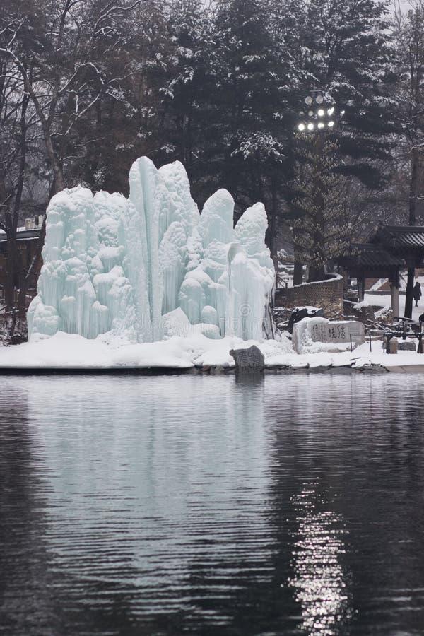 Uma escultura de gelo existida natural disparou através de uma lagoa imagem de stock