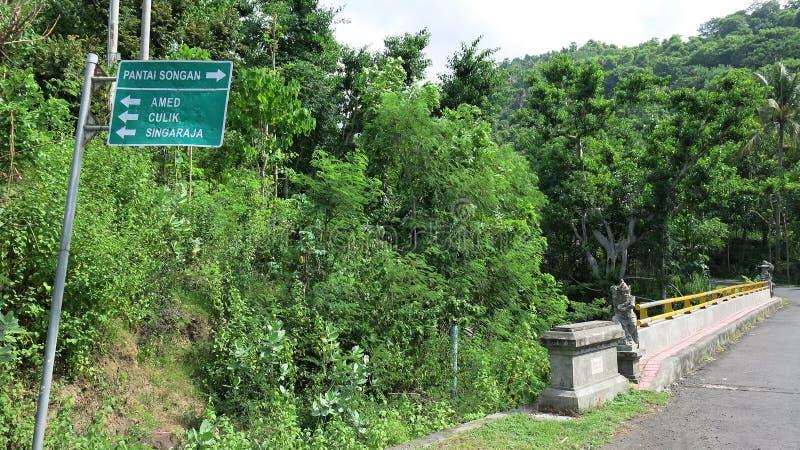 Uma escultura de pedra situada na extremidade da ponte é projetada proteger viajantes Estátua do protetor da mitologia do Balines fotografia de stock