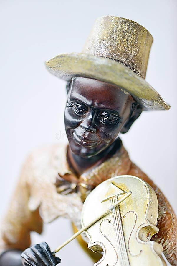 Uma escultura de um homem negro que joga o violino fotografia de stock royalty free