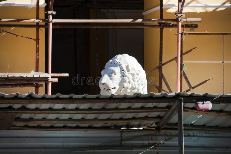 Uma escultura de um leão na área da reconstrução imagens de stock