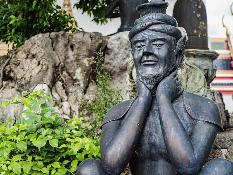 Uma escultura do anchoret que levanta a posição da massagem em Wat Pho imagens de stock royalty free