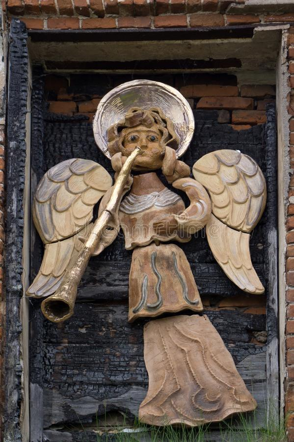 Uma escultura do chifre de sopro do ouro do anjo de antigo foto de stock