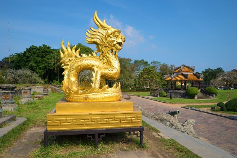 Uma escultura do dragão do ouro em um terraço da cidade roxa imperial proibida A ideia do perfil hue imagem de stock royalty free