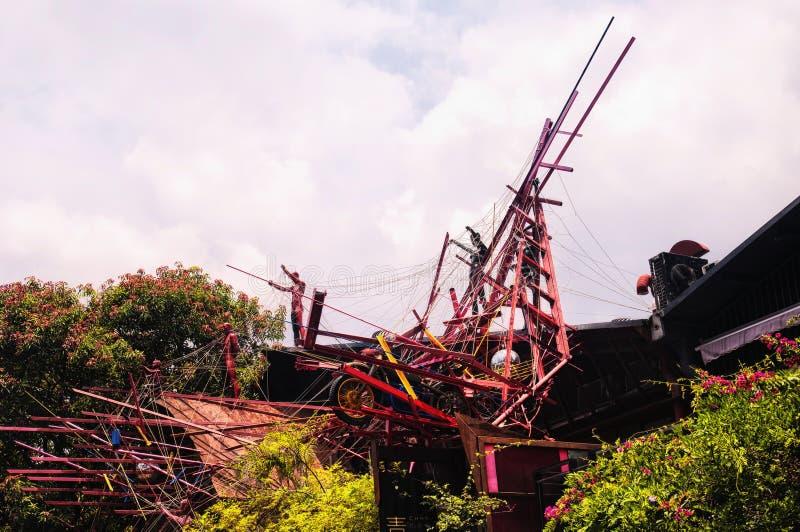 Uma escultura e uma exposição da arte moderna acima das partes superiores da árvore no sótão na cidade de Shenzhen China em um di imagens de stock