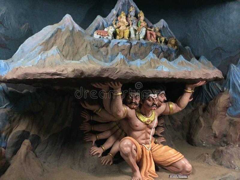 Uma escultura que descreve a montanha de levantamento Kailash do rei Ravana do demônio imagens de stock royalty free