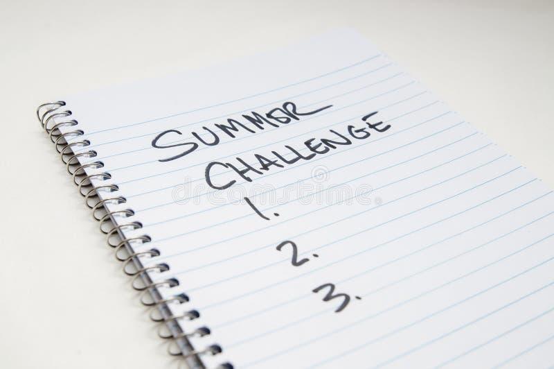 Uma espiral alinhou o caderno com 'desafio do verão 'e 1 2 3 escritos nele imagem de stock