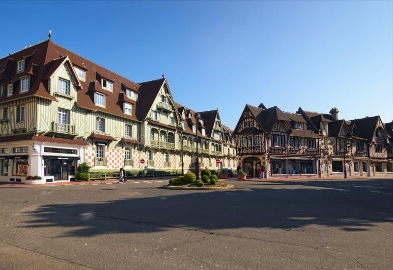 Uma esquina da rua típica na cidade departamento de Deauville, Calvados de Normandy, França imagens de stock royalty free