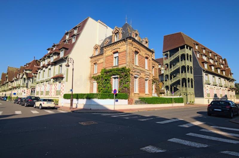 Uma esquina da rua típica na cidade departamento de Deauville, Calvados de Normandy, França Paisagem bonita da manhã da mola imagem de stock royalty free