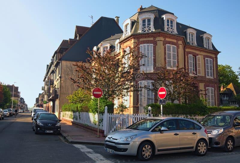 Uma esquina da rua típica na cidade departamento de Deauville, Calvados de Normandy, França Paisagem bonita da manhã da mola foto de stock royalty free