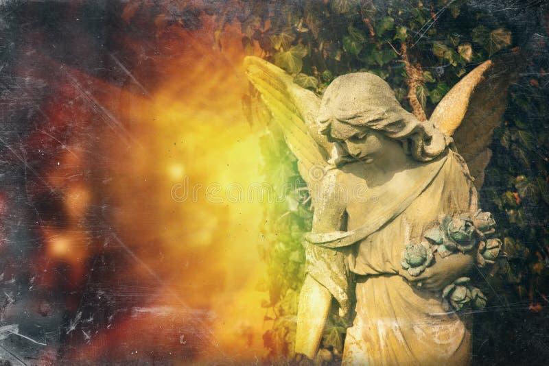 Uma estátua antiga da foto do estilo do vintage do anjo da guarda foto de stock