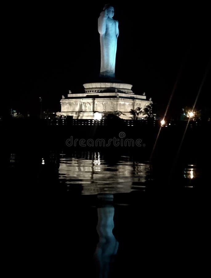 Uma estátua da Buda na água, um lago imagem de stock
