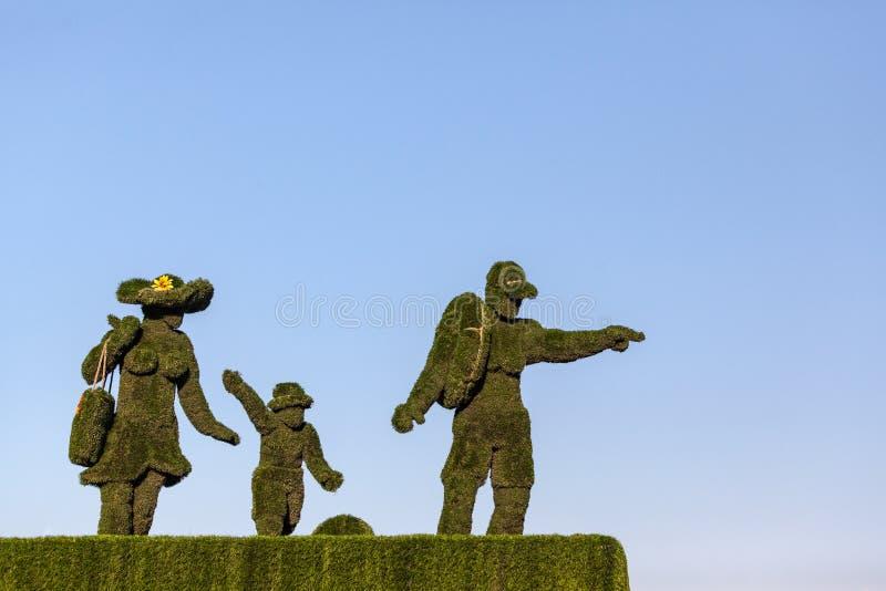 Uma estátua da família da grama verde fotos de stock royalty free