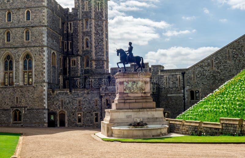 Uma estátua de bronze de Charles II a cavalo ao lado da entrada sul da asa no castelo de Windsow fotos de stock royalty free