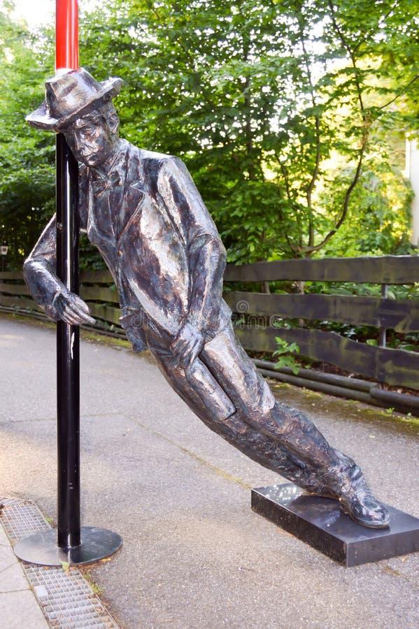 Uma estátua de bronze que descreve um homem bêbado imagens de stock