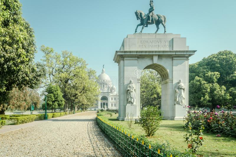 Uma estátua de Edwards VII em Victoria Memorial famosa jardina em um dia ensolarado da reentrância imagens de stock