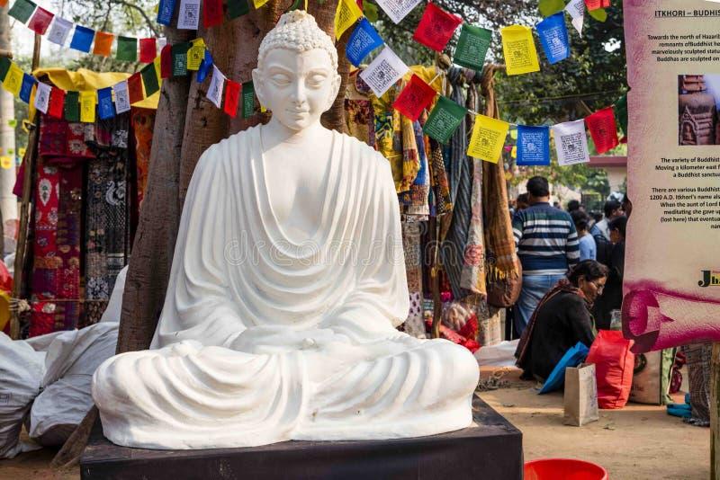 Uma estátua de mármore da cor branca de Lord Buddha, fundador de Buddhishm no festival de Surajkund em Faridabad, Índia fotografia de stock