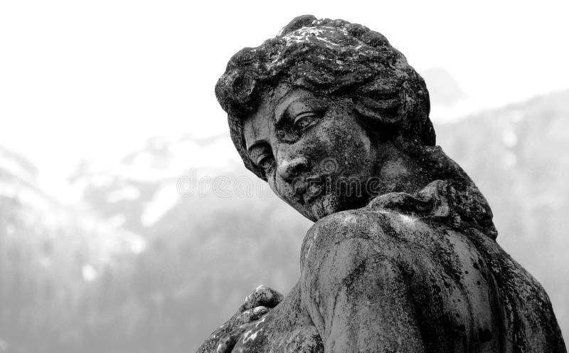 Uma estátua de uma mulher nas montanhas da Transilvânia - ROMÊNIA imagens de stock royalty free