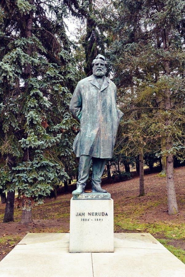 Uma estátua de Neruda em Lesser Town imagens de stock