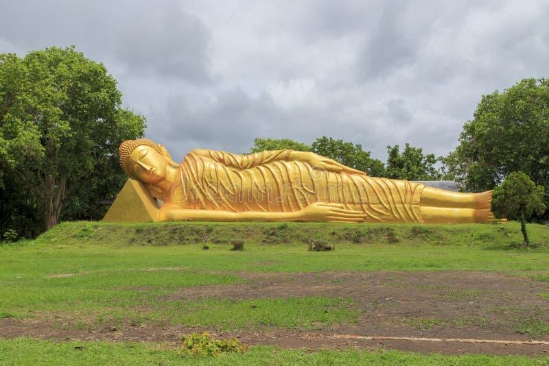 Uma estátua de reclinação de buddha imagem de stock