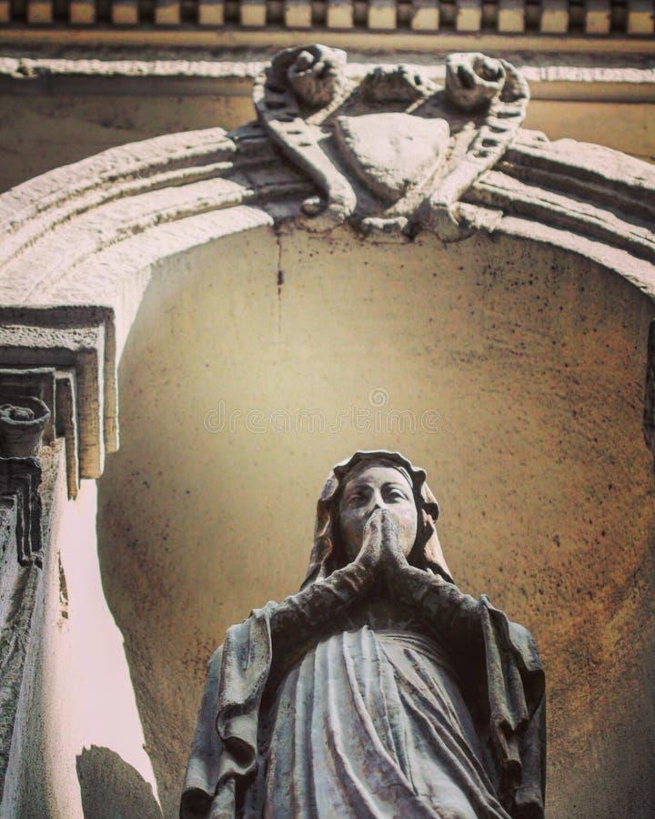 Uma estátua de St Mary no centro de Istambul imagens de stock royalty free