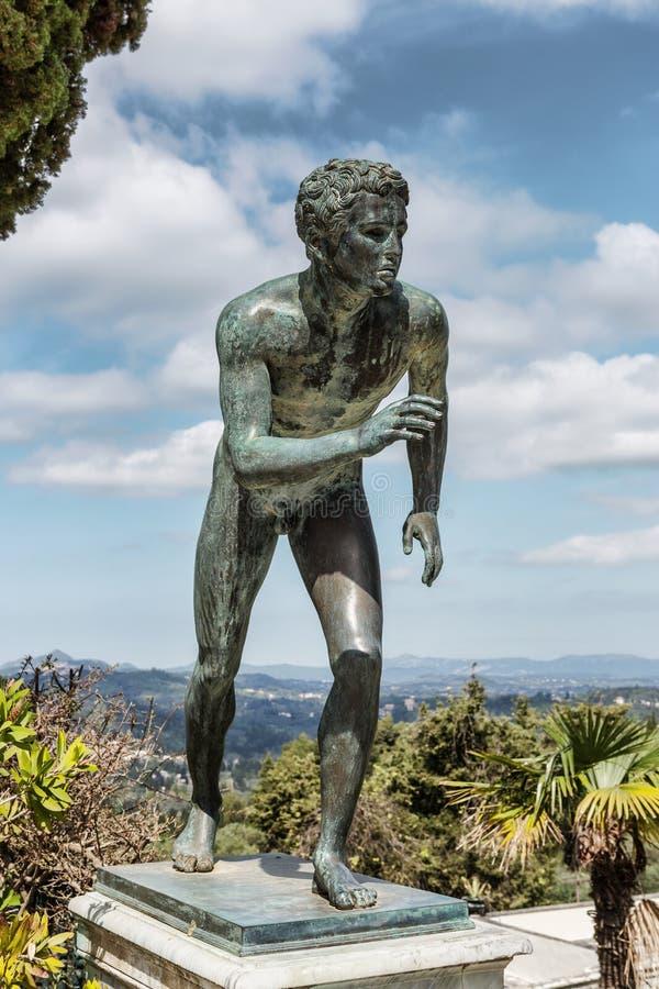 Uma estátua 'do corredor' no jardim de Achilleion imagens de stock royalty free