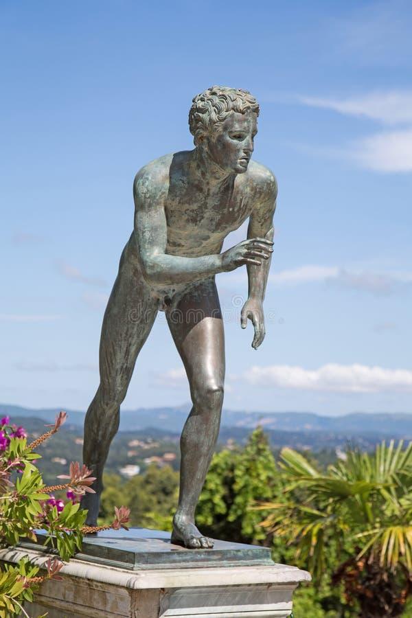 Uma estátua 'do corredor' no jardim de Achilleion em Corfu fotografia de stock royalty free