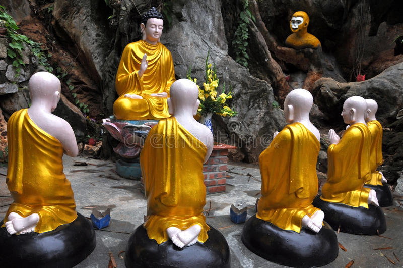 Buddha de assento cercado por estátuas dos estudantes da monge, Vietnam imagem de stock
