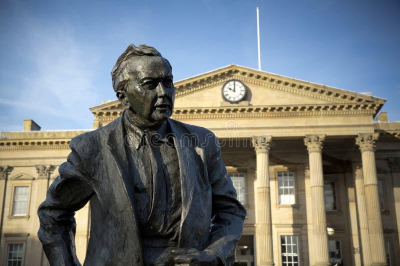 Uma estátua do primeiro ministro e do fundador anteriores da universidade aberta, Harold Wilson Político do trabalho, situado for foto de stock royalty free