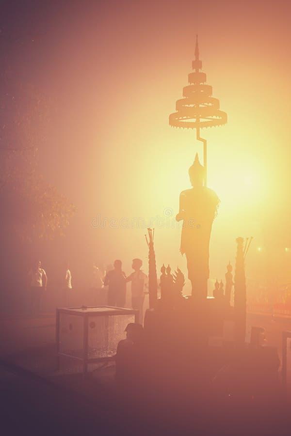 Uma estátua e uma névoa da Buda imagens de stock royalty free
