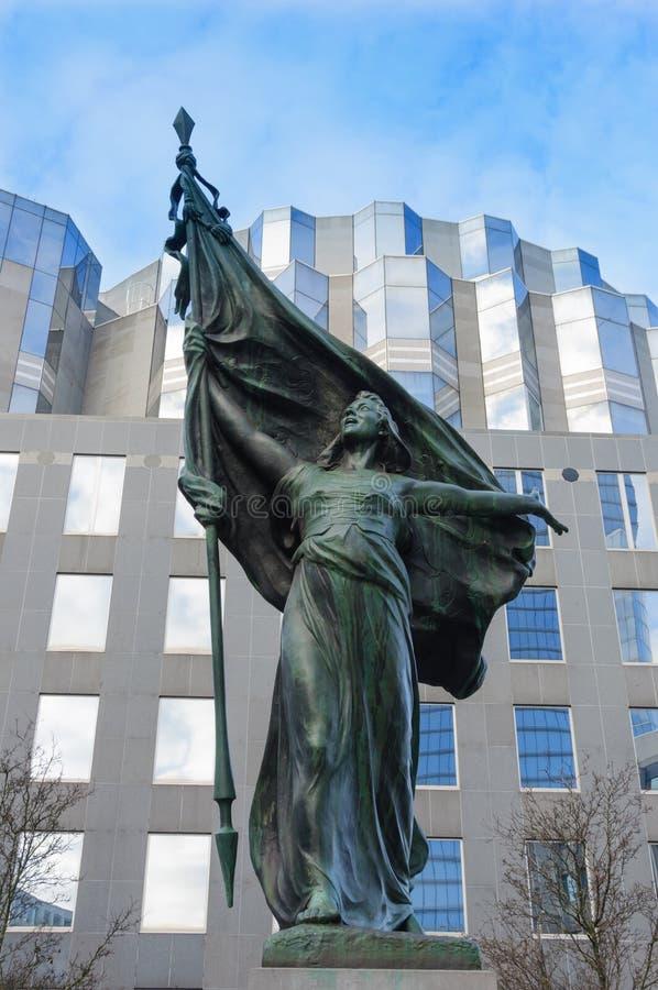 Uma estátua perto do parlamento, Bruxelas, Bélgica foto de stock royalty free