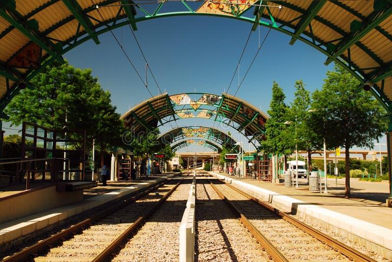 Uma estação na linha do trem do DARDO de Dallas foto de stock