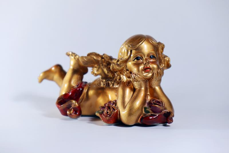 Uma estatueta do anjo do Natal com os braços cruzados no fundo branco imagens de stock royalty free