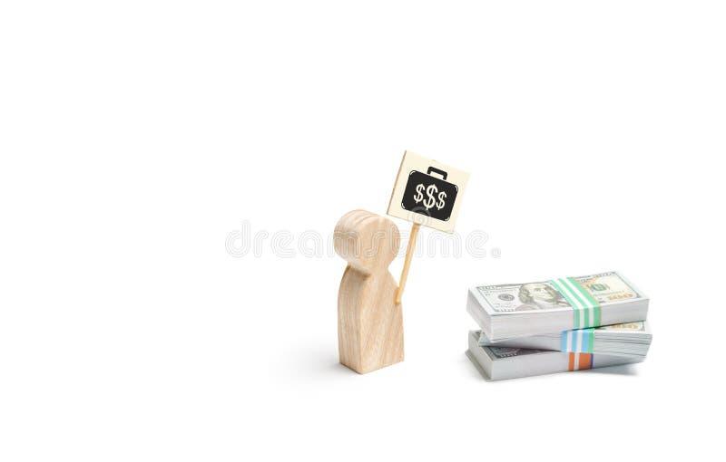 Uma estatueta do homem com um cartaz agita perto de uma pilha de dinheiro O conceito de encontrar um trabalho pago melhor Dificul fotos de stock