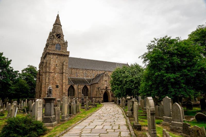 Uma estrada à entrada da catedral do St Machar perto do parque de Seaton, Aberdeen foto de stock royalty free