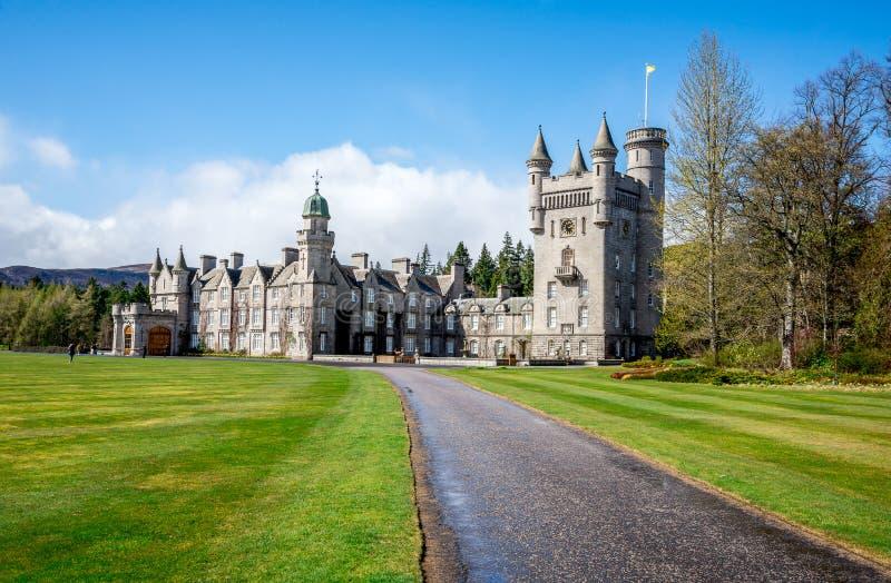 Uma estrada ao castelo do Balmoral na mola, Escócia imagem de stock
