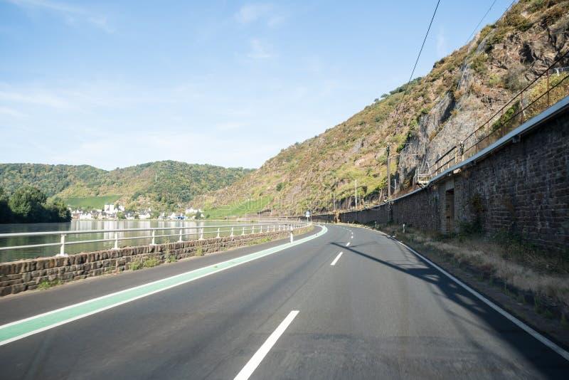 Uma estrada ao longo da montanha imagem de stock
