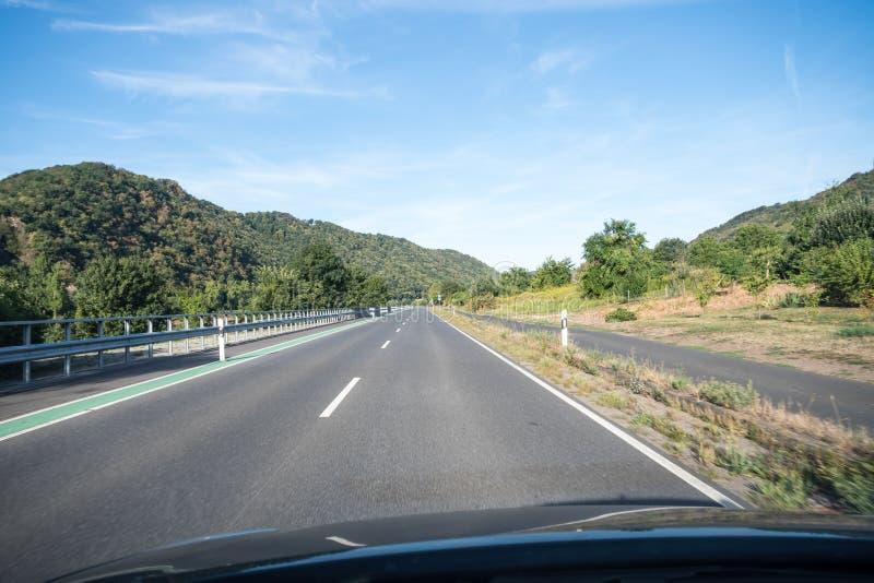 Uma estrada ao longo da montanha fotografia de stock