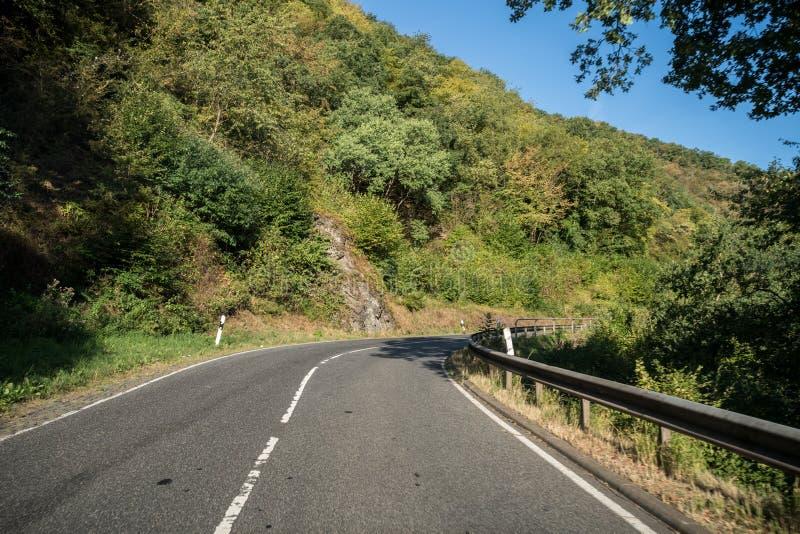 Uma estrada ao longo da montanha imagens de stock