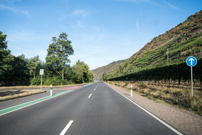 Uma estrada ao longo da montanha imagem de stock royalty free