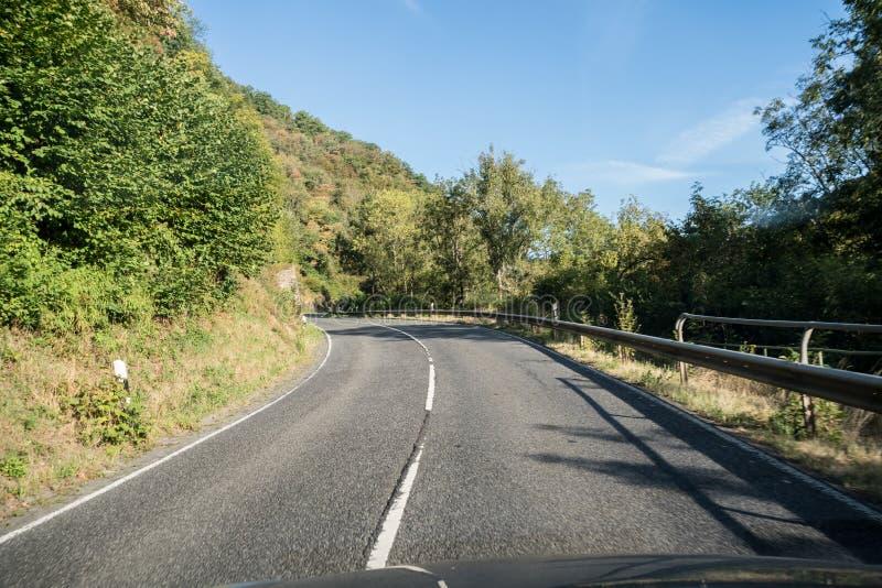Uma estrada ao longo da montanha fotos de stock royalty free